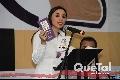 Hanna Jaff mostrando los libros para aprender inglés.