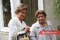 Graciela Berrones y Carmenchu Vilet de Torres apreciando las exhibiciones.