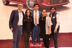 Gabriel Torres López Director de KIA con su equipo de trabajo.