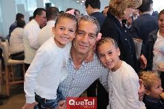 Ricardo Torres con sus nietas Sofía y María José.