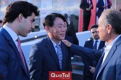 Gabriel Torres, Director de KIA, Tae Jin Park, Director de KIA Motors México y Juan Manuel Carreras, Gobernador del Estado.