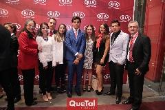 El Director General de KIA Gabriel Torres López con su equipo de trabajo.
