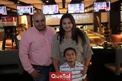 Jano con sus papás Alejandro y Guadalupe Herrera.