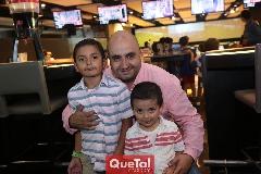 Alejandro Herrera con sus hijos Jano y Alejandro.
