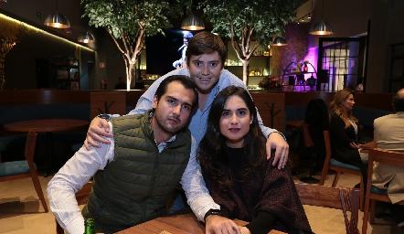 José Iga, Aurelio Cadena y Mariana Rodríguez.