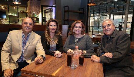 Roberto Alcalde, Bertha de Alcalde, Laura Rodríguez y Claudio Guerra.