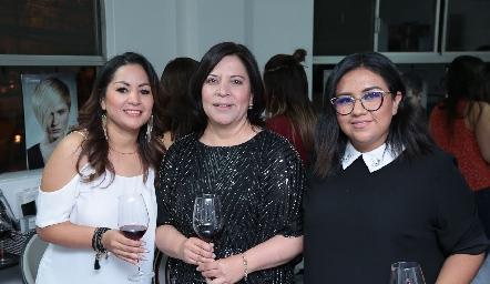 Bety Saldaña, Fabiola Mejorada y Angie Bravo.