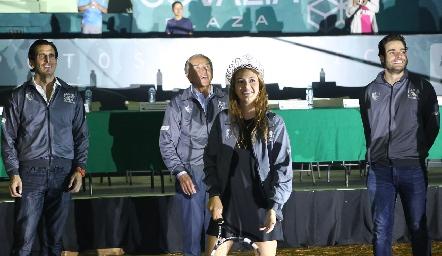 Renata Fernández Benavente, Reina del Deportivo realizó el saque inical.