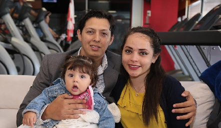 Alejandro Ramírez, Mariana Govea y Mía.