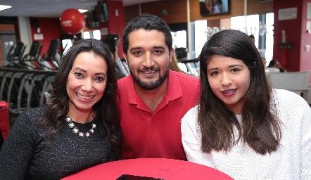 Mayra Sotomayor, Víctor Torres y Lorena Linares.