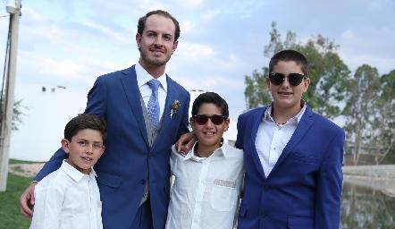 Octavio con sus primos.