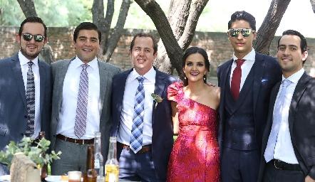 Los hermanos del novio con sus amigos.