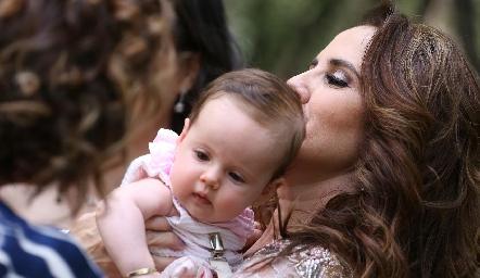 Gabriela Payán con su nieta Inés.