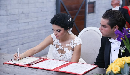 Daniela firmando el acta de matrimonio.