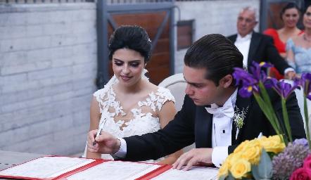 Santiago firmando el acta de matrimonio.