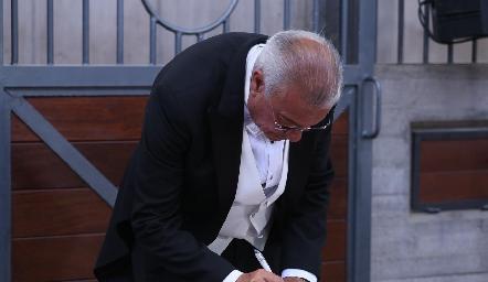 José Manuel Rosillo firmando el acta.