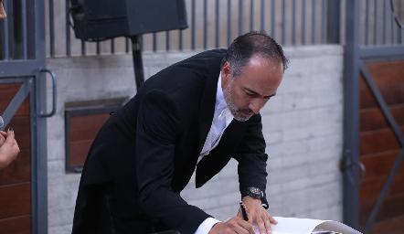Marcelo de los Santos firmando el acta.