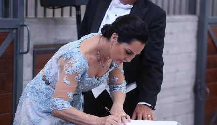 Teresa del Pozo firmando el acta.