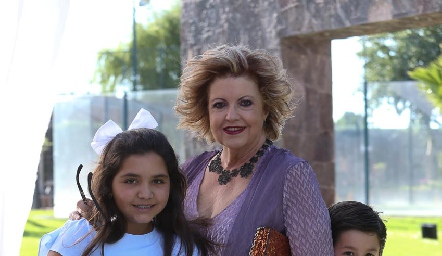 Tere Pizzuto con sus nietos Marisol, Pablo y Carlos.