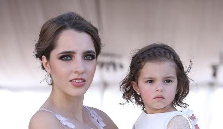 Ana Paula de los Santos con su sobrina Marina.