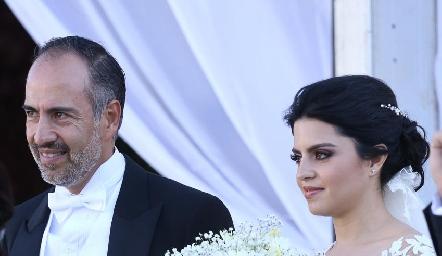 Daniela del brazo de su papá Marcelo de los Santos.
