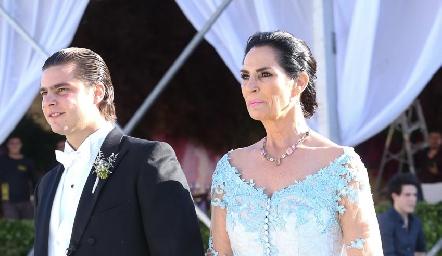 Santiago de la mano de su mamá Teresa del Pozo.