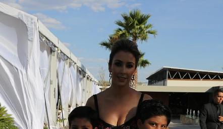Pily Martínez con sus hijos.