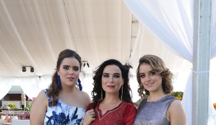 Bárbara Martins con sus hijas Carlota y Bárbara de la Garza.