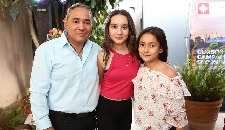 Javier, Jimena y Regina Alderete.