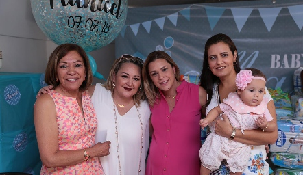 Jonel Sharp con las organizadoras.