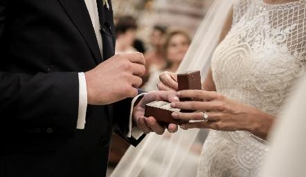 Las argollas de matrimonio.