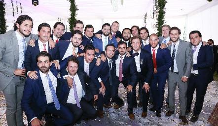 Alejandro acompañado de sus mejores amigos.