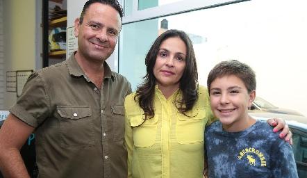 Alan Rosales, Raquel Jiménez y Anuar Rosales.