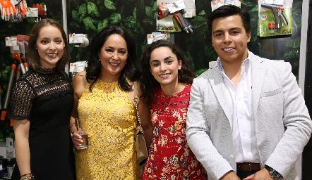 Laura Bravo, Laura de Bravo, María Bravo y Lisandro Bravo.