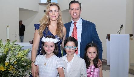 Marisol Valladares de Galán y Marcelo Galán con sus hijos.