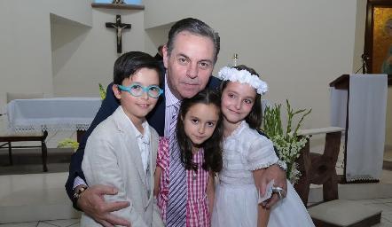 Miguel Valladares con sus nietos.