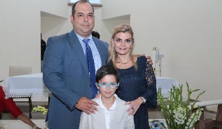 Miguel Gutiérrez y Erika Matuk de Gutiérrez con su ahijado Marcelo.