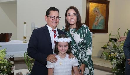 Sergio Quibrera y María José Abaroa con su ahijada Marina.