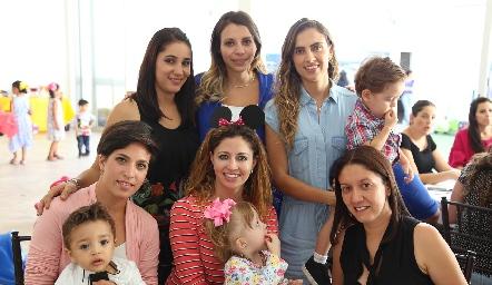 Verónica Díaz de León con sus amigas.