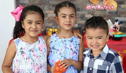 Yesdani, Alexania y Daniel.