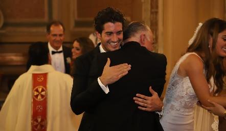 Gustavo Rangel felicitando a su yerno Chema.