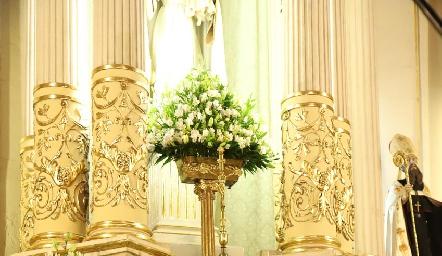 Frente al altar.