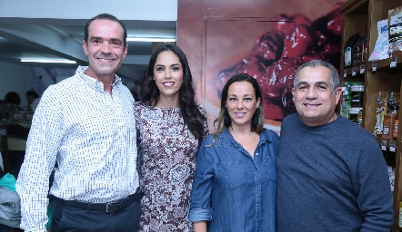 Juan Cuétara, Ana Villanueva, Maribel Cuétara y Álvaro Villagómez.
