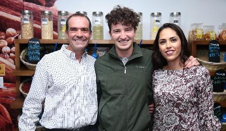 Juan Cuétara, Santiago Cuétara y Ana Villanueva.
