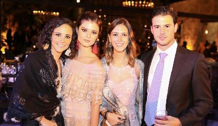 Paulina y Daniela Meade, Elena Pelayo y Claudio Meade.