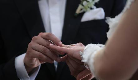 Entregando la sortija de matrimonio.