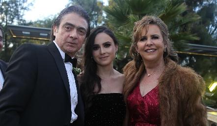 Abraham Salgado y Rosy Somohano con su hija Marijó.