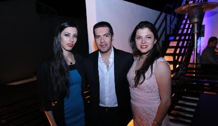 Felipe Peña con Fabiola y Brenda Garza.