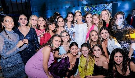 Mariana con sus mejores amigas.