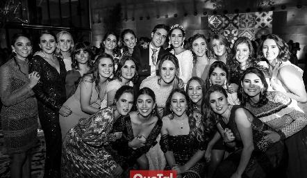 Los novios con las amigas de Mariana.